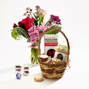 Mothers Day Market Budvase arrangement Best Choice With Chocolate